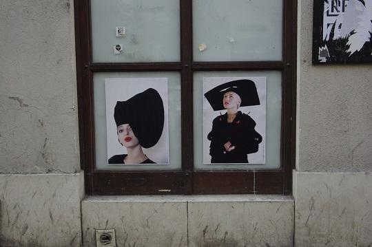 A Nyitott kapuk: Király Tamás '80s kiállítás alkalmával plakátokat helyeztünk el Király Tamás kedvenc utcájában, a Király utcában. A plakátokon Urbán Tamás fotói láthatók, amelyeket a fotográfus Király 1988-as berlini kollekciójáról készített az Ifjúsági Magazin részére 1989-ben. I © tranzit.hu, Fotó: Bogyó Virág