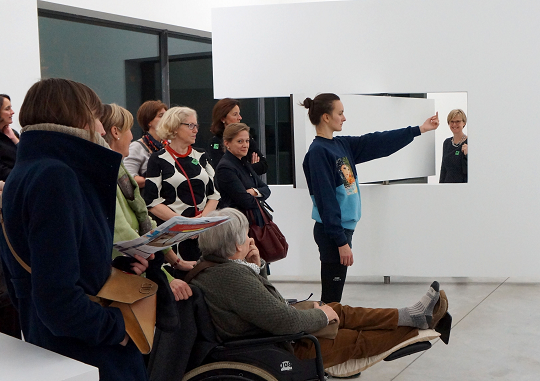 2_alexandra_pirici_and_manuel_pelmus_public_collection_2014_enactment_of_ai_wei_wei_study_of_perspective_kicsi.png