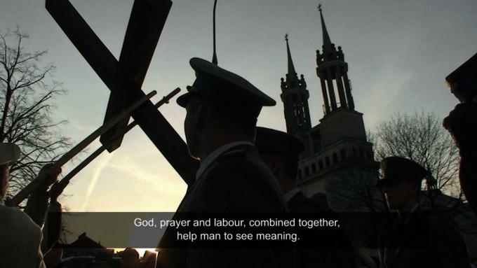 Artur Żmijewski: Democracies, 2009, részlet a videóból. Operatőr: Leszek Molski, Rafal Zurek