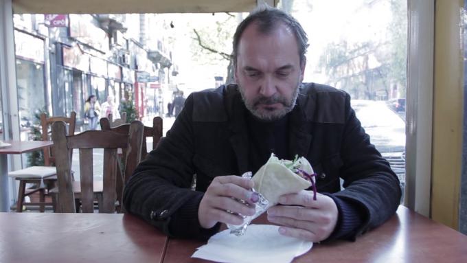 Részlet Nemes Csaba, Erlich Gábor, Szász Lilla: Gyros Manifesto című videómunkájából, ami a workshop keretében jött létre
