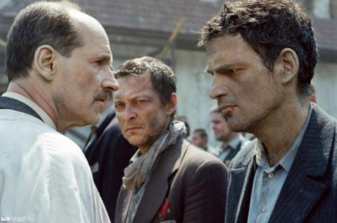 Jelenet a filmből - Dr. Nyiszli Miklós (Zsótér Sándor) és Saul Ausländer (Röhrig Géza). Forrás: nyugat.hu