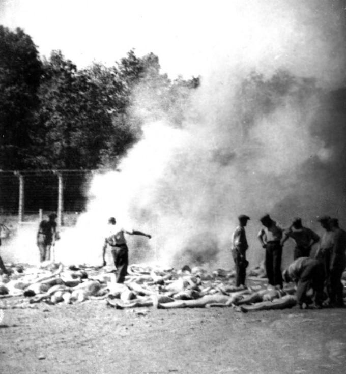 A filmben rekreált Sonderkommando-fotó eredetije (No. 280): Holttestek egy hamvasztógödörnél. Forrás: wikipedia.hu