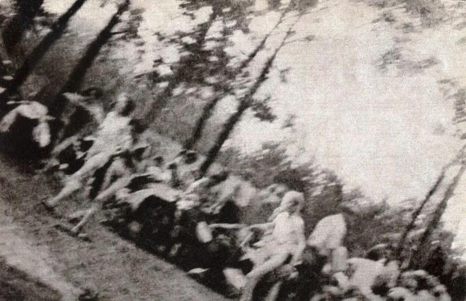 Eredeti felvétel - Sonderkommando-fotó, No. 282: Krematóriumba hurcolt nők. Forrás: wikipedia.hu