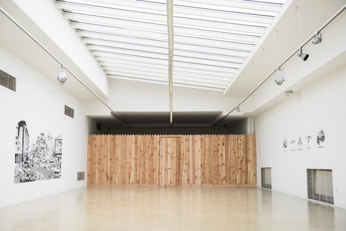 OTO HUDEC, kiállításenteriőr  előtérben: A day after an air-raid (2013 – 2016), rajz háttérben: Land (2016), installáció fotó: Tomáš Halász