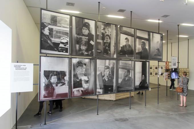 Olga Csernyiseva fotói a történeti kiállítás Portraits of Professions szekciójában © Manifesta 11