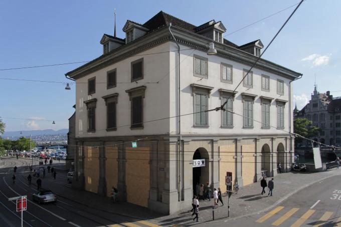A Helmhaus épülete Santiago Sierra munkájával © Manifesta 11