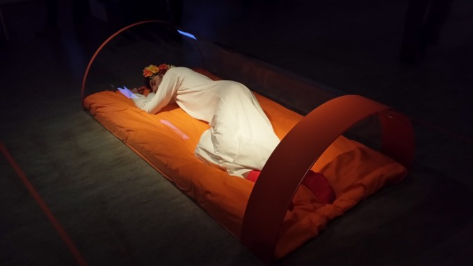 Karol-Radziszewski-The-Prince-and-Queens-Dreaming-Performance-21-novembre-2014-Foto-di-Carmen-Apateanu_xl