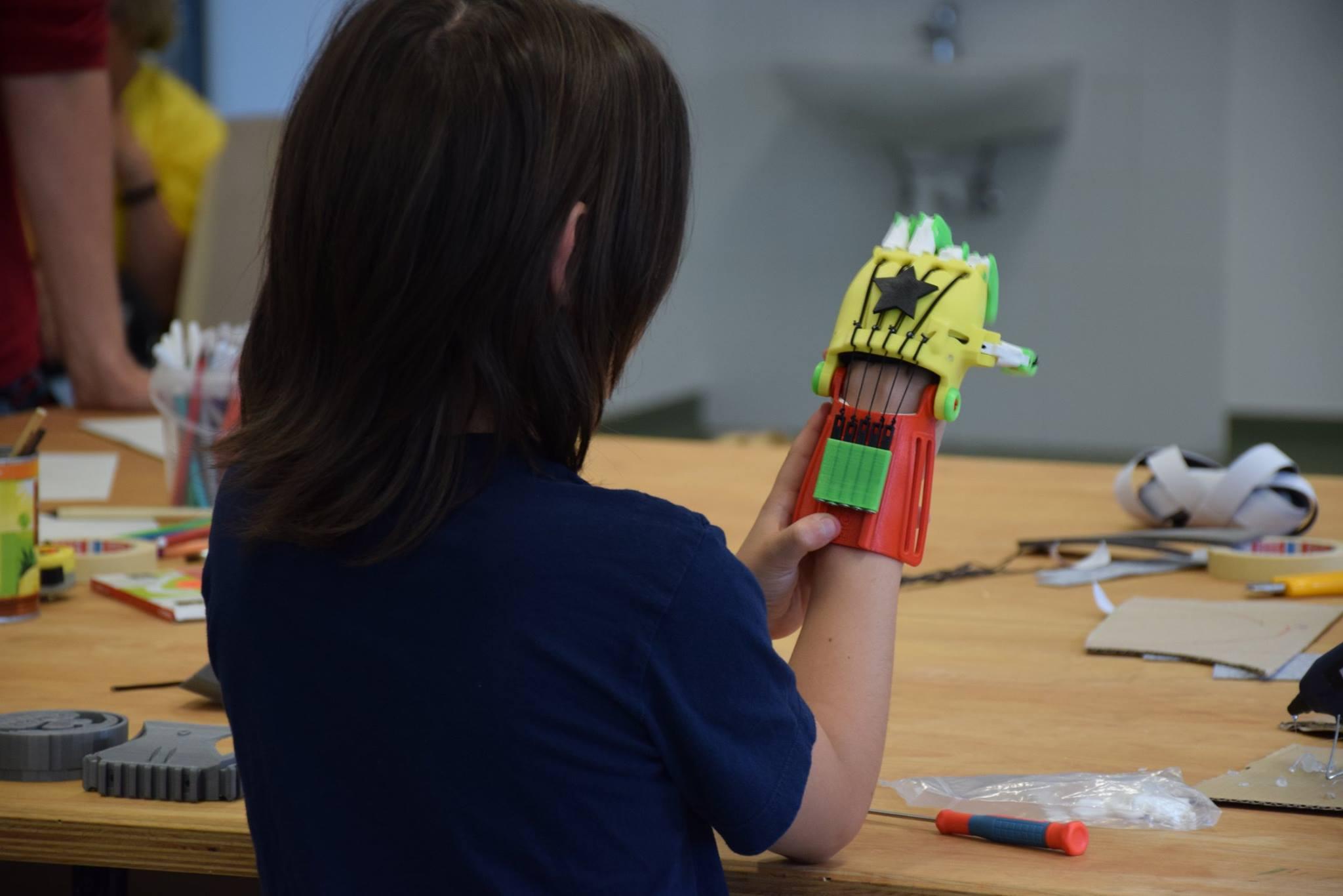 E-nable workshop, műkezek gyártása 3D nyomtatóval a nagykovácsi makerspace-ben. Forrás: makerspace.hu