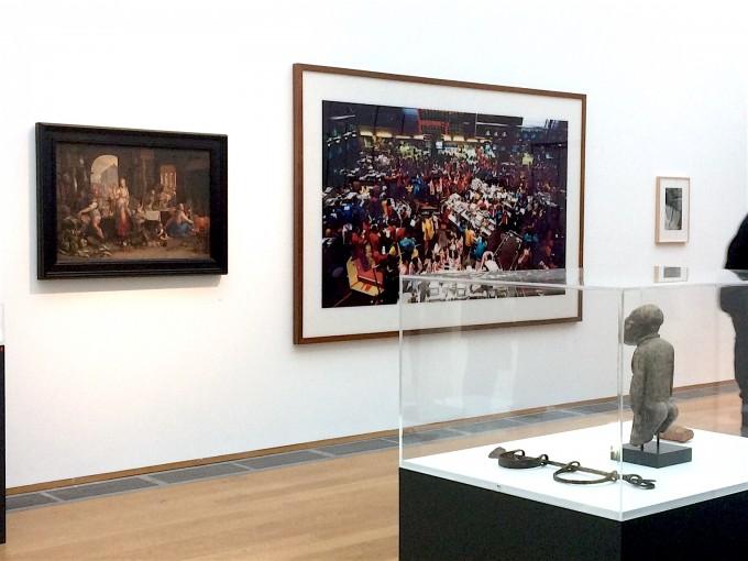 KÉP 2b Andreas Gursky: Singapore Stock Exchange I, 1997 (SMB – Nationalgalerie, Erich Marx ajándéka) Lábbilincs rabszolgának, Ghana, XIX. Sz. (SMB - Ethnologisches Museum)