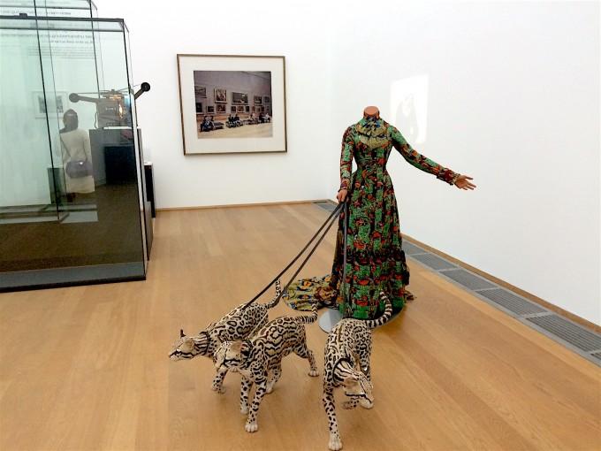 Yinka Shonibare: Leisure Lady (with ocelots), 2001 (Vanhaerents Art Collection, Brüsszel); Thomas Struth: Louvre 3, Paris, 1989/90 (SMB – Nationalgalerie, Erich Marx letéte)