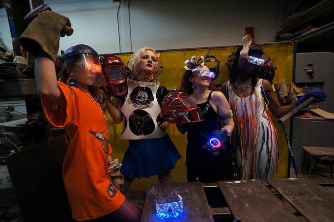 """""""Hordható technológia"""" workshop és divatbemutató a Staten Island-i makerspace-ben. Forrás: makerspace.nyc"""