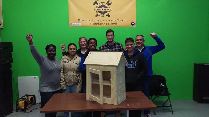 """""""Lilltel Free Libraries"""". Köztéri könyvtár építő workshop a Staten Island-i makerscape-ben. Forrás: makerspace.nyc"""
