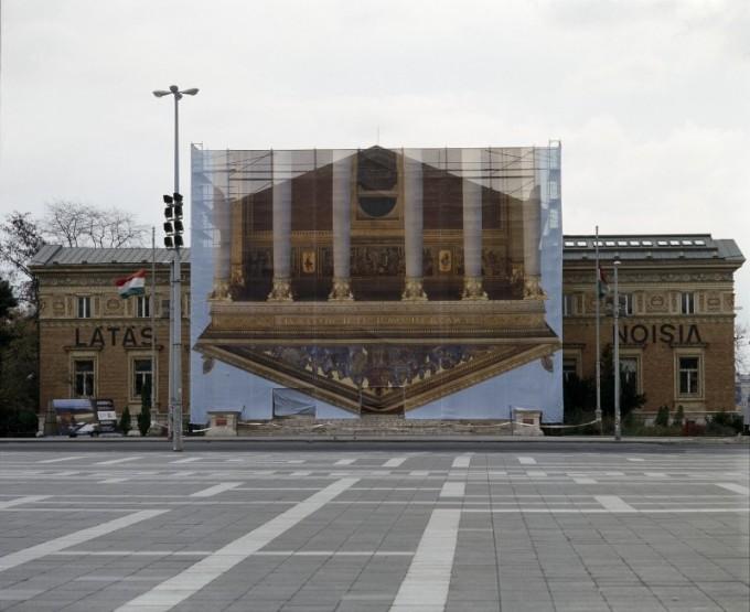 Sugár János: Semmi sincs úgy, mint azelőtt, 2002. Építési fólia a Műcsarnokon. Forrás: c3.hu