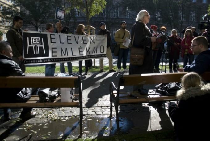 Ifjabb Bibó István beszél az Eleven Emlékmű csoport tiltakozó akciójánál, a Terror Háza Múzeumnál, 2016. október 22-én. Fotó: FreeDoc / Csoszó Gabriella
