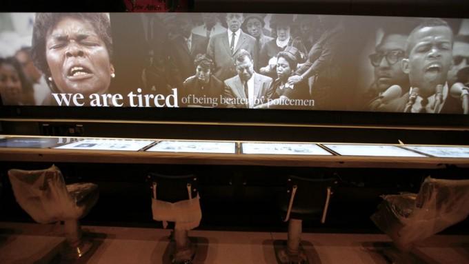Megnyitás előtti fotó a polgárjogi mozgalom történetét bemutató teremből, előtérben a szimbólummá vált greensboroi éttermi pultra [http://www.history.com/topics/black-history/the-greensboro-sit-in ] emlékeztető interaktív információs pulttal  (forrás: http://theseventhdistrict.com/wp-content/uploads/2016/09/nmaahc-counter.jpg.optimal.jpg