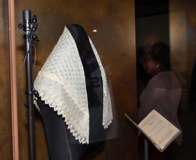 Harriet Tubman Viktória királynőtől kapott kendője és énekeskönyve. Forrás: hyperallergic.com