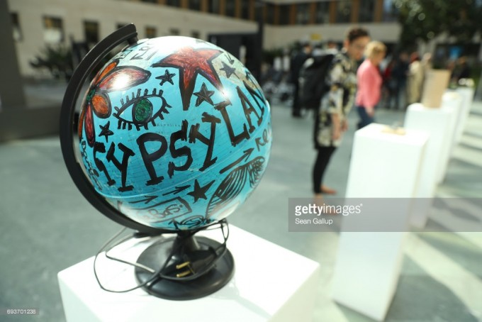 Damian Le Bas: Globe 2 (2016). Transgressing the Past, Shaping the Future kiállítás az ERIAC berlini megnyitóján. Kurátor: Junghaus Tímea. Forrás: gettyimages