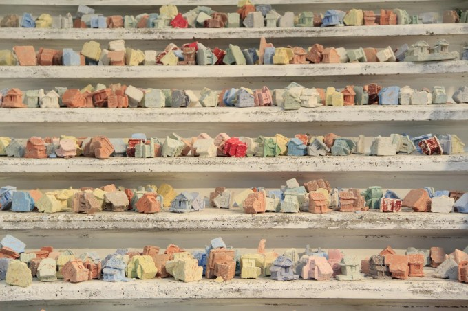 "Sead Kazanxhiu: ''SHTEPIZEZA"" Small house, Home sweet home, 2014. Forrás: afterart.org"