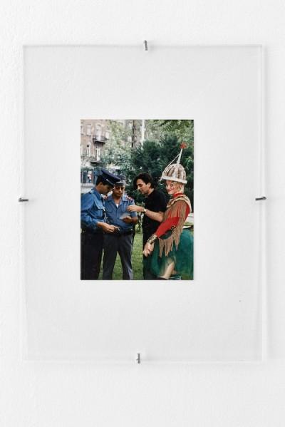 Engedetlen szerkezetek. A képen: Király Tamás és modellje rendőri igazoltatás közben (Fényképezte: Almási Jonathan Csaba). Fotó: Biró Dávid
