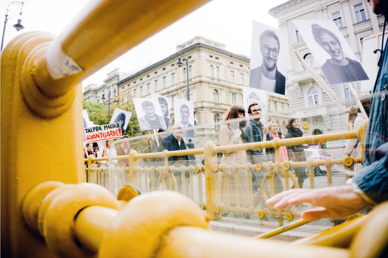 Tót Endre: Gladness Demo - Örülünk, hogy demonstrálhatunk (demonstrálás/felvonulás köztéren) © az OFF-Biennále jóvoltából,  fotó: Balázs Zsolt